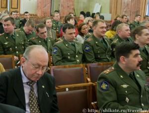 Зал заполнен мужчинами