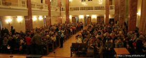 Сотрудники библиотеки постепенно собираются в конференц-зале