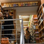 """Все выпуски журнала """"Восточная коллекция"""" смотрят на посетителей, поднимающихся по лестнице по окончании заседания клуба"""